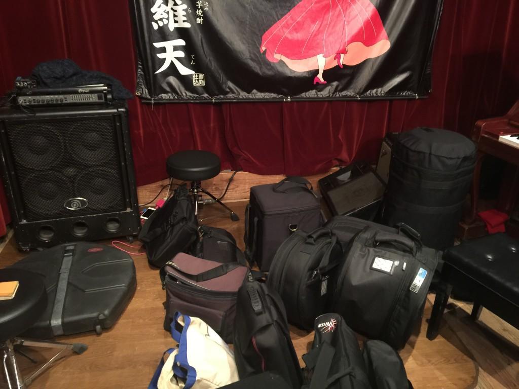 初日は広島Live Cafe Jiveでした。セッティング前の風景。こうして見ると結構な荷物です。。。